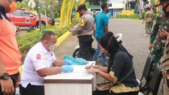 RAZIA PELANGGAR PROTOKOL KESEHATAN - Sejumlah warga pelanggar protokol kesehatan mendapat teguran tertulis di Tanjungpinang, Minggu (11/10/2020).