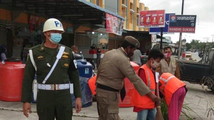 Razia protokol kesehatan di Jalan A Yani Kecamatan Meral, Karimun, Senin (28/12).