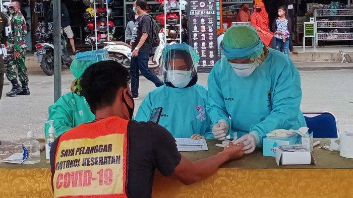 RAZIA PROTOKOL KESEHATAN - Suasana razia protokol kesehatan di Pasar Botania I, Selasa (3/11/2020).