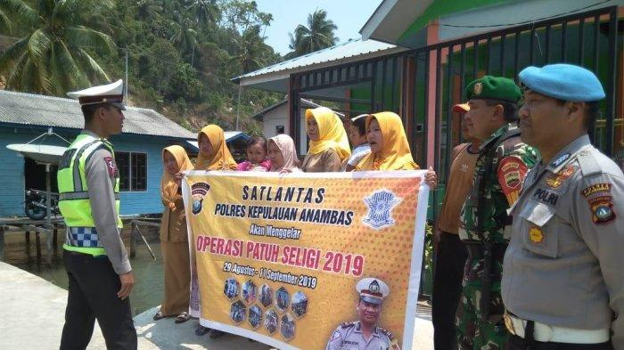Tidak Pakai Helm Saat Ada Operasi Patuh Seligi, Enam Wanita Berhijab Ini Disuruh Pegang Spanduk