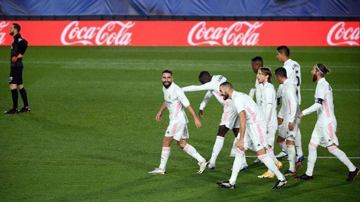 REAL MADRID MENANG - Pemain Real Madird melakukan selebrasi setelah tendangan Dani Carvajal membuat kiper Atletico Madrid Jan Oblak (kiri) gagal mengantisipasi dengan baik dan bola masuk gawang dengan status own goal. Real Madrid menang 2-0 pada laga Sabtu (12/12/2020) malam atau Minggu dinihari WIB ini.