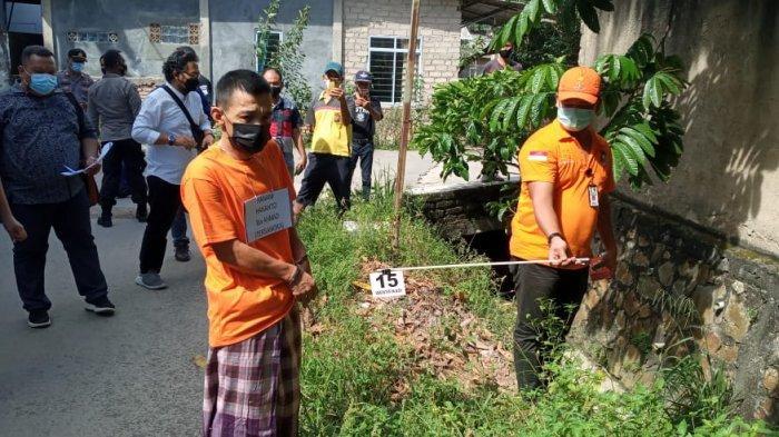 PEMBUNUHAN DI BATAM - Rekonstruksi kasus pembunuhan di Batam dengan tersangka Hanani Hananto di kawasan Bengkong Batam, Kamis (1/7/2021).