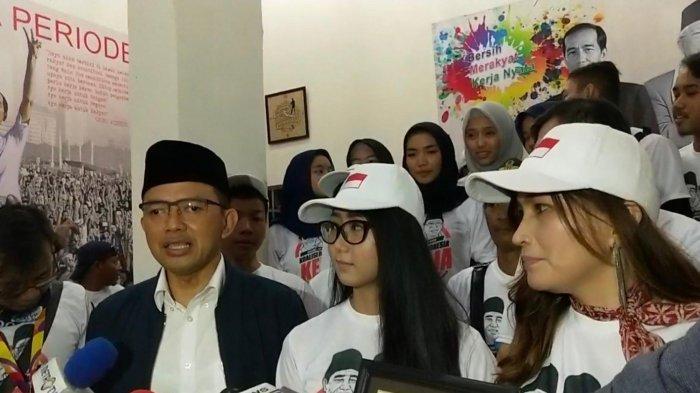 Direktur Relawan Tim Kampanye Nasional Jokowi-Maaruf Amin, Maman Imanulhaq bersama para relawan