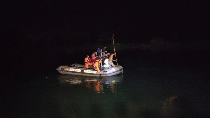 Tim gabungan saat mencari seorang remaja di Karimun yang tenggelam di danau bekas kolam pancing, Sabtu (10/7).