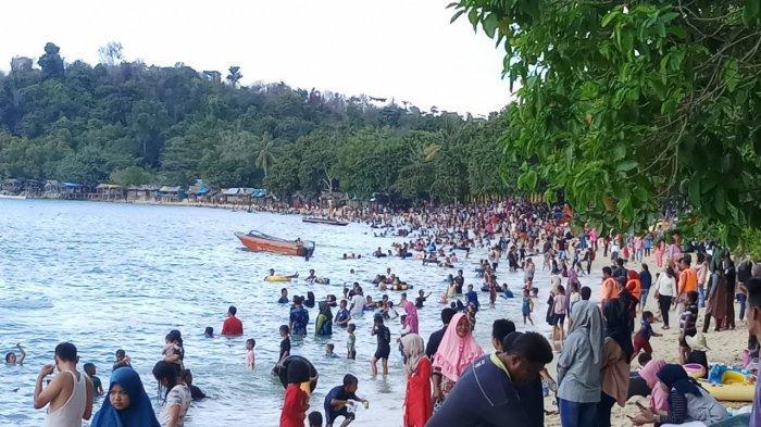 Wisatawan Mancanegara Manfaatkan Libur Tahun Baru di Pantai Pelawan Karimun