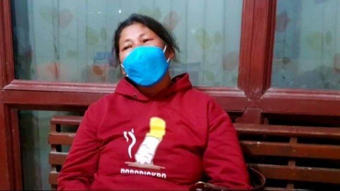 Risma Sitorus, istri dari Salamat Sianipar, pasien Covid-19 yang sempat dianiaya warga kampung memberikan keterangan