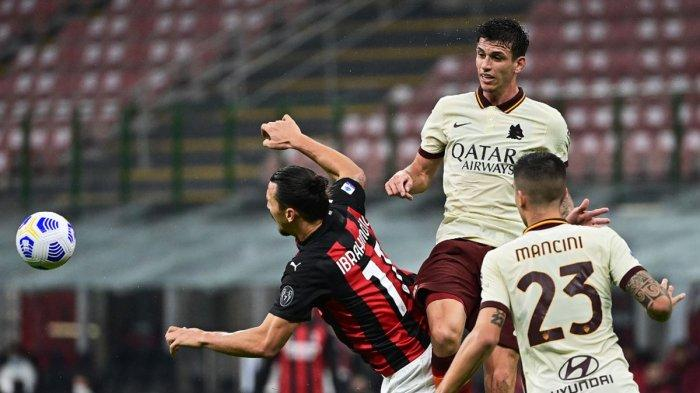 Bek AS Roma asal Brazil Roger Ibanez (tengah) melompat dalam duet udara berebut bola dengan striker AC Milan asal Swedia Zlatan Ibrahimovic (kiri) saat AC Milan vs AS Roma di San Siro, Senin, 26 Oktober 2020