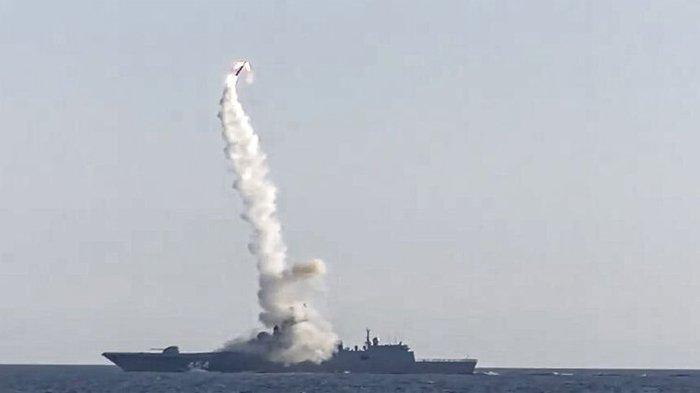 Caption: Dalam foto ini diambil dari video yang didistribusikan oleh Layanan Pers Kementerian Pertahanan Rusia, rudal jelajah hipersonik Zirkon baru diluncurkan oleh fregat Laksamana Gorshkov dari angkatan laut Rusia dari Laut Putih, di utara Rusia, Rusia, Senin, 19 Juli 2021.