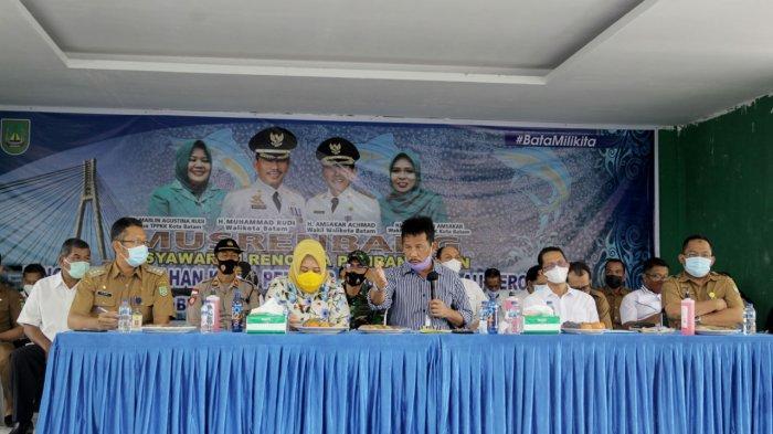 Wali Kota Batam, Rudi dan unsur pemerintahan lainnya saat sedang memimpin sebuah acara di Belakangpadang. Pembahasan salah satunya adalah, terkait komitmen pemerintah mendorong Belakangpadang jadi destinasi wisata di Batam