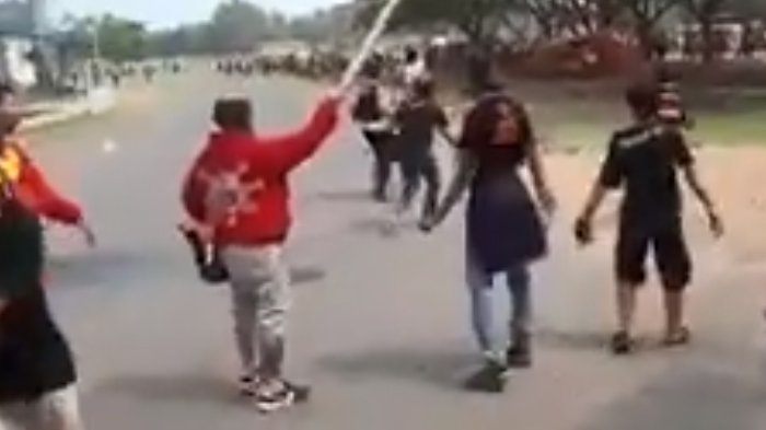 VIDEO: Bentrok Antar Suporter Jelang Pertandingan Persija Vs Persebaya di Stadion Sultan Agung
