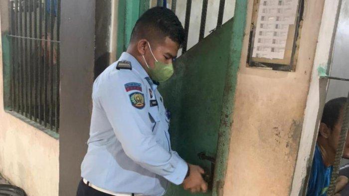Petugas Rutan Kelas IIA Barelang Batam saat merolling gembok dari kamar satu ke kamar lainnya, Jumat (16/7/2021).