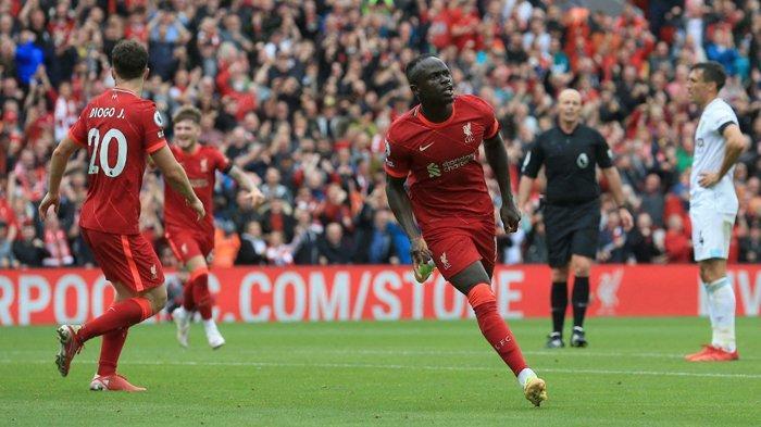 Striker Liverpool asal Sinegal Sadio Mane (tengah) melakukan selebrasi setelah mencetak gol ke gawang Burnley di pekan 2 Liga Inggris 2021-2022, Sabtu (21/8/2021).