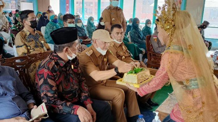 Bupati Natuna Wan Siswandi bersama Wabup Natuna Rodhial Huda dan rombongan saat safari kecamatan, Sabtu (12/6).