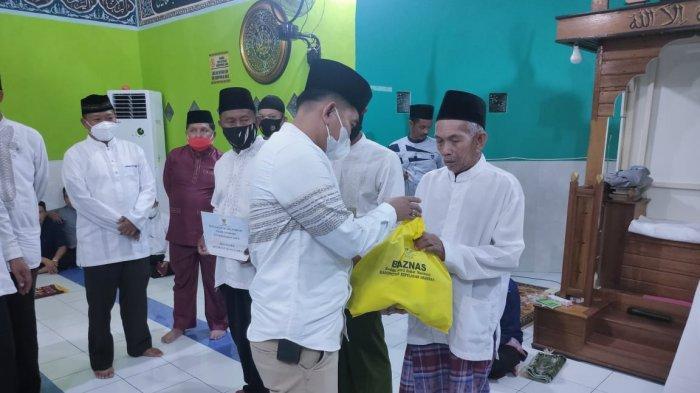 Safari Ramadhan kedua Bupati Anambas, Abdul Haris di Desa Nyamuk, Kecamatan Siantan Timur turut beri bantuan sembako secara simbolis dari BAZNAS Kepulauan Anambas.