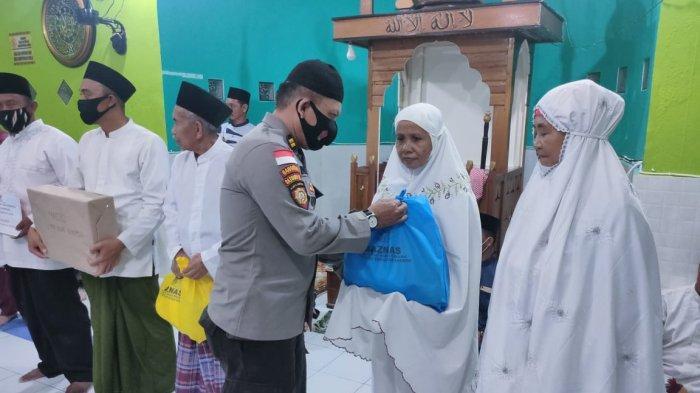 Safari Ramadhan kedua Bupati Anambas, Abdul Haris di Desa Nyamuk, Kecamatan Siantan Timur turut beri bantuan sembako secara simbolis dari BAZNAS Anambas.