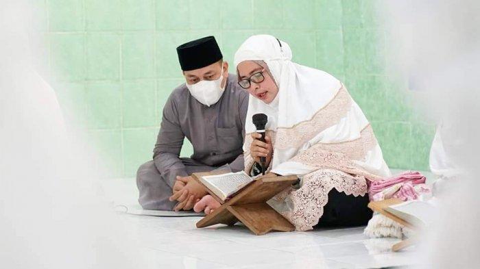 Bupati Lingga Muhammad Nizar didampingi istri saat Tadarus Quran di Masjid Baburrahim, Desa Kelombok, Kecamatan Lingga, Jum'at (23/4/2021).