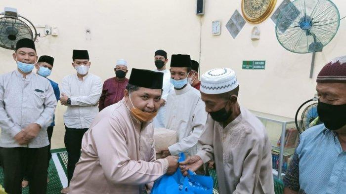 Wakil Bupati Anambas Wan Zuhendra saat menyerahkan bantuan paket sembako saat Safari Ramadhan di Desa Air Asuk, Kecamatan Siantan Tengah, Rabu (21/4/2021).