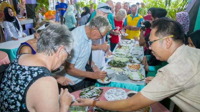 Berbondong-bondong Ikut Sail Anambas, Turis Mancanegara Ini Kepincut Kue Tradisional Anambas!