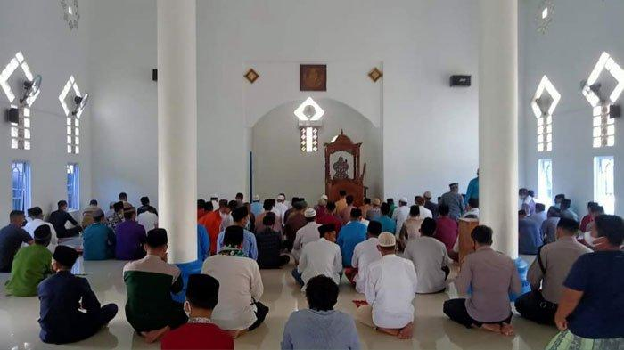 SALAT GAIB - Salah satu masjid di Daik, Kecamatan Lingga, Kepri menggelar salat gaib untuk pasien Covid-19 yang meninggal dunia, Jumat (23/7/2021).
