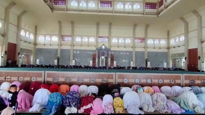 Gerhana Matahari Melintas di Langit, Masyarakat Salat Kusuf Berjamaah di Masjid Agung Batam