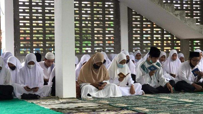 Pelaksanaan salat tarawih perdana di Masjid Fastabiqul Khairat SMAN 1 Singkep, Kabupaten Lingga, Senin (12/4/2021).