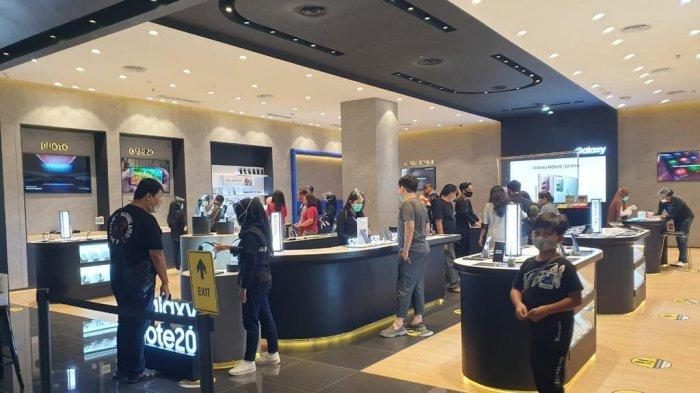 Suasana toko Samsung Exclusive Store yang ramai dipadati pengunjung.