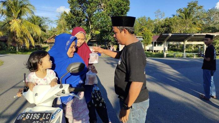 RAMADHAN 2021 di Lingga, Sanggar Seni Diram Perkase Berbagi Takjil ke Warga