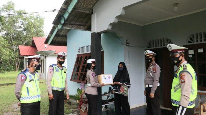 Jelang HUT Lalu Lintas, Polres Lingga Bagi Sembako ke Warga Kurang Mampu