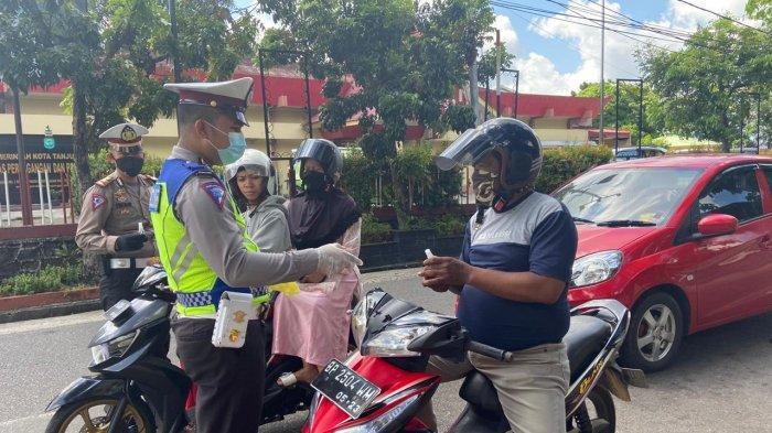 Polisi Bagi-bagi Hand Sanitizer ke Pengendara di Tanjungpinang, Warga Diminta Tak Mudik Dulu