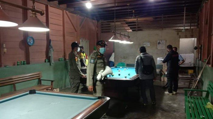 Satpol PP Lingga saat menggelar operasi yustisi di wilayah Dabo Singkep Kabupaten Lingga, Provinsi Kepri, Jumat (9/7).