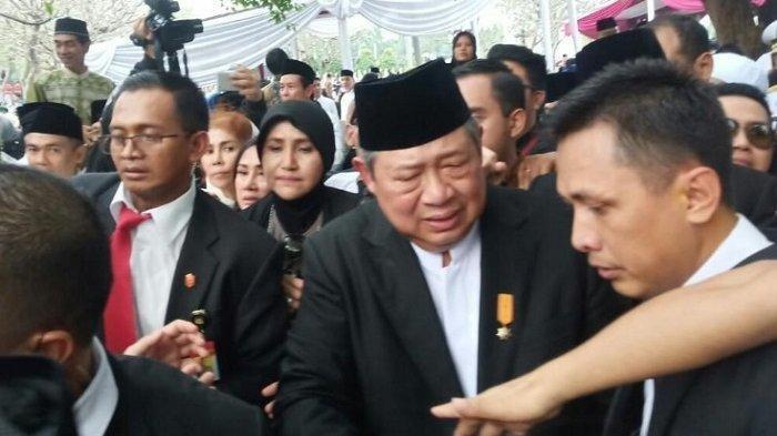 SBY Menangis sambil Elus Dada di Akhir Pemakaman Ani Yudhoyono, Suara Terbata Ucap 'Ibu Sudah Tiada'