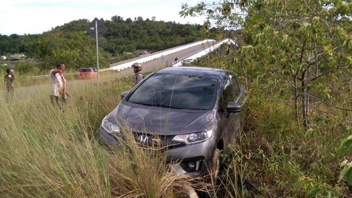 Keluar Jalur, Mobil Ini Masuk ke Semak-semak di Jalan Menuju Pusat Pemerintahan Provinsi Kepri