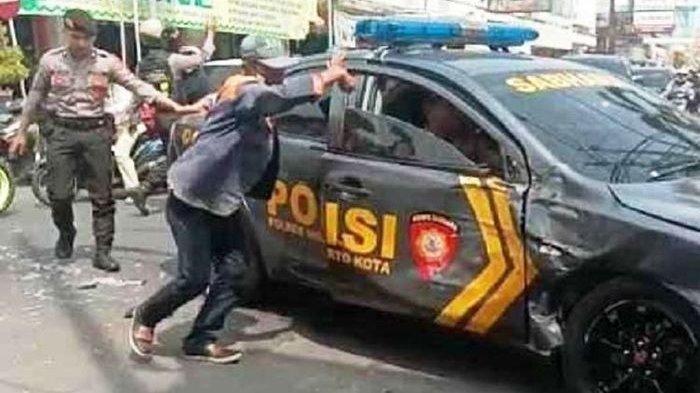 Truk Tabrak Mobil Polisi yang Sedang Kawal Tahanan. Ini Videonya