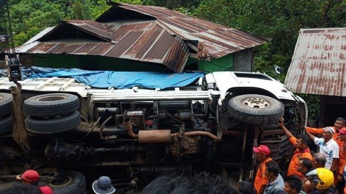 Truk Bermuatan Batubara Terguling di Lubuk Paraku Padang, Sopir Dikabarkan Terhimpit