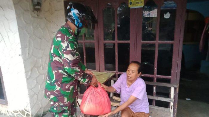 Babinsa Kodim 0317/TBK Bagikan Sembako ke Warga Tak Mampu Lewat Sedekah Subuh