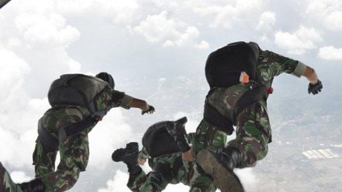 Sejumlah personil Paskhas TNI AU melakukan terjun penyegaran. Paskhas juga turut andil merebut bandara Komoro, Dili saat Operasi Seroja
