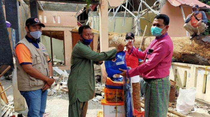 SEKDA ANAMBAS SALURKAN BANTUAN - Sekretaris Daerah Kabupaten Kepulauan Anambas, Sahtiar menyalurkan bantuan sembako kepada tiga rumah warga yang tertimpa pohon besar, akibat angin kencang yang terjadi pada Kamis (24/9/2020).