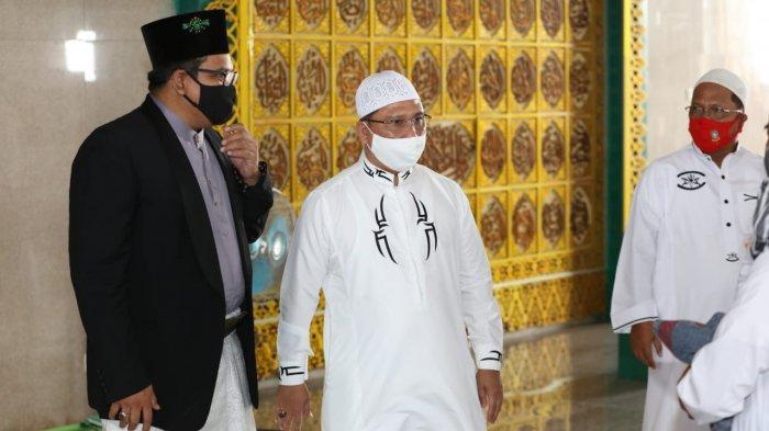SALAT ID - Sekretaris daerah (Sekda) Provinsi Kepulauan Riau (Kepri), TS Arif Fadillah usai melaksankan salat Idul Adha di Masjid Nur Ilahi, Dompak, Tanjungpinang, Jumat (31/7/2020).