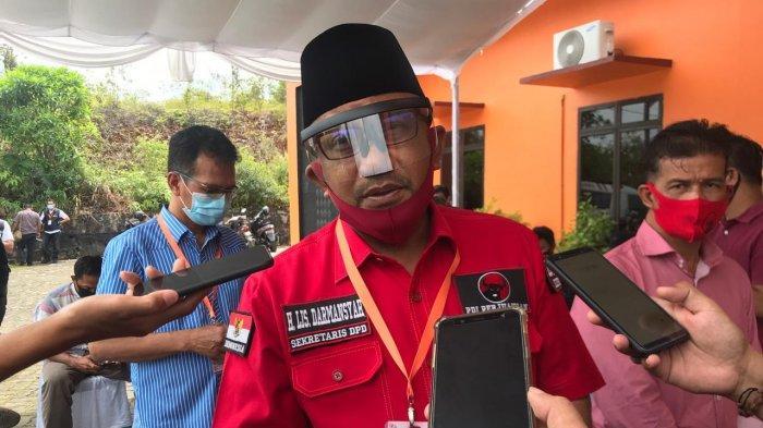 Sekretaris DPD PDIP Kepri, Lis Darmansyah menunjukkan surat rekomendasi DPP PDIP di kantor KPU Bintan, Jumat (11/9/2020). PDIP merubah sikap politiknya dengan mengusung Alias Wello-Dalmasri Syam di Pilkada Bintan.