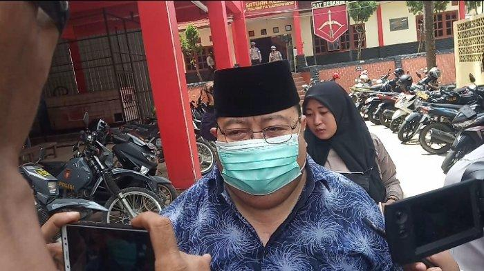 Pejabat Bintan Diperiksa KPK, Apri Sujadi Langsung Masuk Mobil Dinas Usai Dilantik. Foto Sekretaris DPRD Bintan diperiksa KPK di Polres Tanjungpinang, Jumat (26/2/2021).
