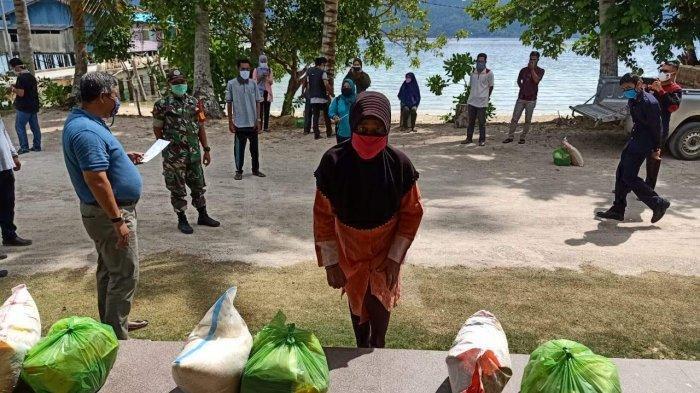 Salurkan 500 Paket Sembako kepada Warga Terdampak Covid-19, Bupati Anambas: Jaga Jarak, Pakai Masker