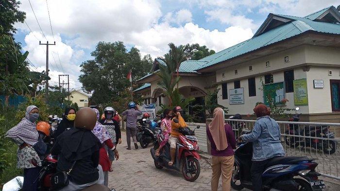 Puluhan Emak-emak Dongkol Ketika Berburu Sembako Murah di Tanjungpinang 'Jangan Mainkan Kami'