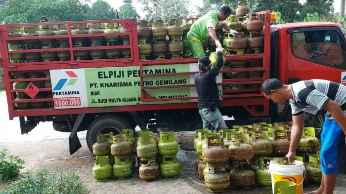 GAS Elpiji 3 Kilogram di Karimun Masih Langka, Warga Terpaksa Masak Pakai Kayu Bakar