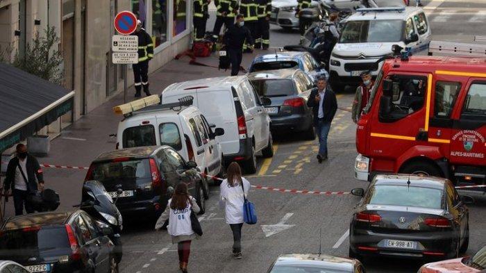 Staf medis dan pemadam kebakaran tiba di lokasi serangan pisau di gereja Nice, Perancis, pada Kamis (29/10/2020). Sebanyak 3 orang tewas dalam serangan ini dan beberapa lainnya terluka