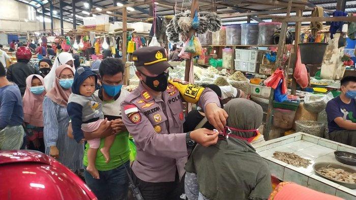 Polsek Tanjungpinang Timur saat menyampaikan seruan protokol kesehatan covid-19 di Pasar Bestari Bintan Center, Jalan D.I Panjaitan, Kelurahan Air Raja, Km.9 Tanjungpinang Timur, Rabu (3/2/2021).