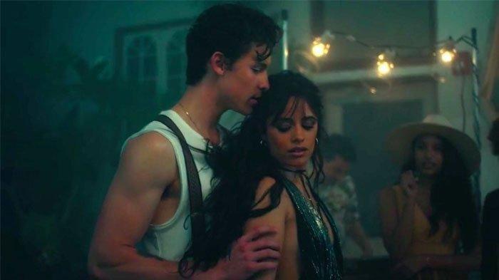 Sangkal Isu Cinlok berkali-kali, Shawn Mendes & Camila Cabello Malah Kepergok Gandengan Tangan Mesra