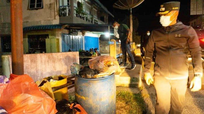Wakil Bupati Lingga, Neko Wesha Pawelloy saat mengecek kondisi wilayah Dabo Singkep, Kamis (8/4/2021) malam