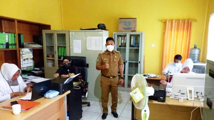 Wakil Bupati Lingga, Neko Wesha Pawelloy saat mengunjungi Kantor Dinsos Lingga, Kelurahan Daik, Senin (5/4/2021).