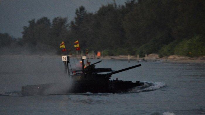 Simulasi Perang Pasukan Pendarat Korps Marinir TNI Angkatan Laut saat merebut Pantai Todak, Lingga, Sabtu (10/4/2021).