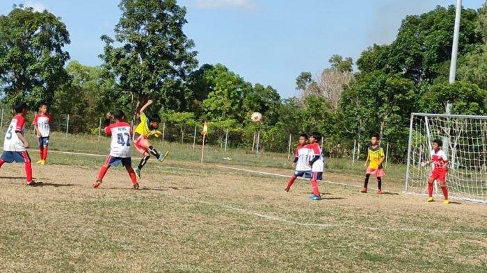 Aksi pesepak bola muda SSB Bida Taruna Batam, Azri Ahdan Muariansyah saat beraksi mengolah si kulit bunda. Aksinya mendapat sambutan hangat dari penonton.